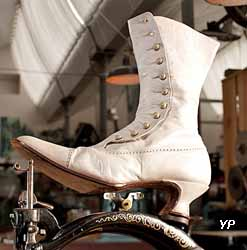 Musée des Métiers de la Chaussure - bottine de mariée