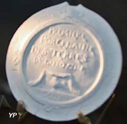Médaillon - première porcelaine des terres du Limousin (Limoges, 1777)
