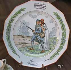Assiette dodécagonale - épisode de la Grande Guerre (dessin de Job, manufacture Lanternier, 1917)