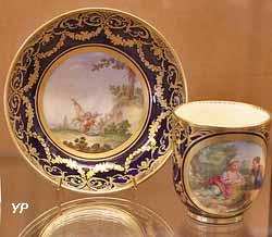 Tasse et soucoupe (décor de Caton, manufacture royale de Sèvres, 1778)