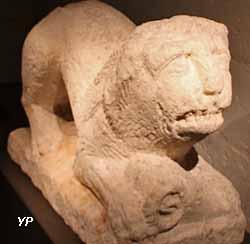 Lion tenant dans ses pattes antérieures une tête de bélier (2e siècle)