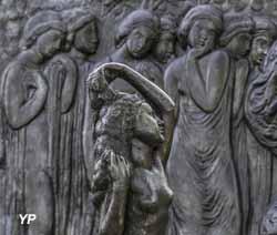 Joseph Bernard, La jeune fille à sa toilette (détail) et La Frise de la Danse (détail), 1912 et 1913, bronze, Jardin des bronzes de la Fondation de Coubertin