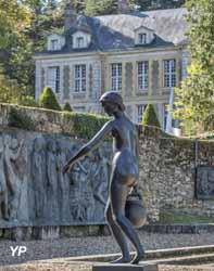 Jardin des bronzes de la Fondation de Coubertin et château du domaine de Coubertin en arrière-plan