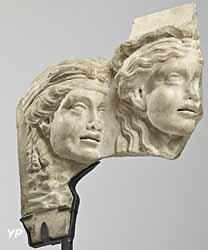 Oscillum ( plaque décorative ) avec masques féminins. Marbre, 1er Si. Ap. J.C.
