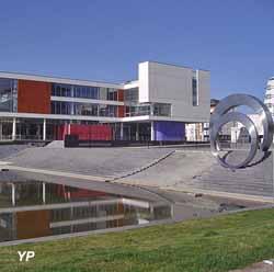 Bibliothèque universitaire de Saint-Quentin-en-Yvelines (BUSQY)
