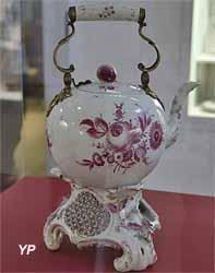 Théière et son réchaud (porcelaine et bronze, manufacture de Fürstenberg, 1893)