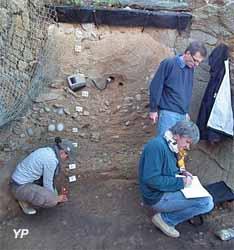 Echantillonnage et mesure radiométrique du site préhistorique de Menez-Dregan (Bretagne)  (Pierre Voinchet)