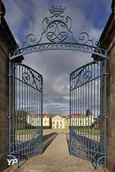 Château de Parentignat - portail et cour d'honneur