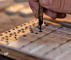 Mouchetage des dominos (Musée de la Nacre et de la Tabletterie)