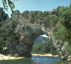 L'Ardèche à Vallon-Pont-d'Arc (doc. Yalta Production)
